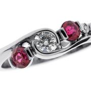 Plume | Valkokulta 750, timantit, rubiinit | Sormus